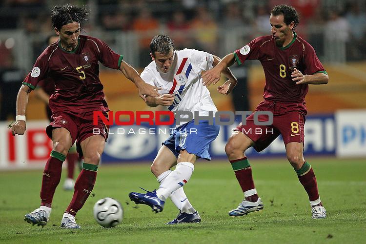 FIFA WM 2006 -  Round of Sixteen - / Viertelfinale <br /> Play     #52 (25-Jun) - Portugal vs Niederlande ( Holland ) <br /> <br /> <br /> Raphael van der Vaart gegen Meira Fernando und Petit<br /> <br /> Foto &copy; nordphoto