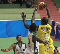 BUCARAMANGA -COLOMBIA, 23-08-2013. Allen (D) de Bucaros trata de anortar durante el encuentro entre Búcaros Freskaleche y Águilas de Tunja válido por la fecha 6 de la Liga DirecTV de Baloncesto 2013-II Colombia de Colombia realizado en el Coliseo Vicente Díaz Romero de Bucaramanga./ Allen (R) of Bucaros tris to score during the match between Bucaros Freskaleche and Academia de la Montaña valid for the 6th date DirecTV Basketball League 2013-II in Colombia at Vicente Diaz Romero coliseum in Bucaramanga. Photo: VizzorImage / Jaime Moreno / STR