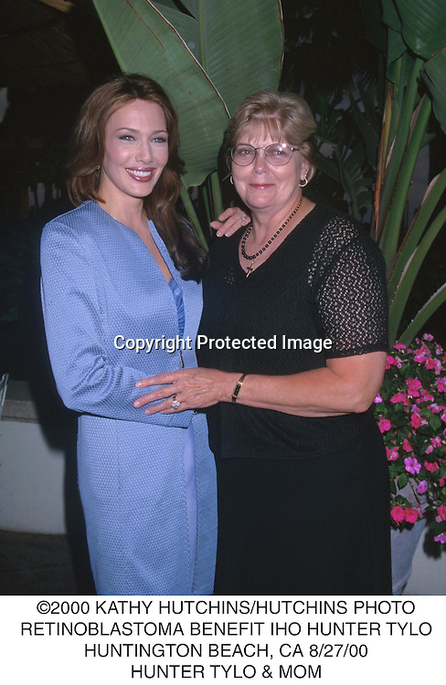 ©2000 KATHY HUTCHINS/HUTCHINS PHOTO.RETINOBLASTOMA BENEFIT IHO HUNTER TYLO.HUNTINGTON BEACH, CA 8/27/00.HUNTER TYLO & MOM