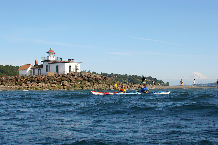 Seattle, sea kayakers, West Point lighthouse, Mount Rainier, Discovery Park, Puget Sound, Washington State, Pacific Northwest, U.S.A.,.