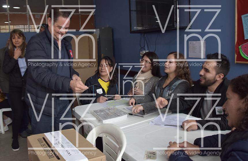 BOGOTA - COLOMBIA, 27-05-2018: Llegada del candidato a la presidencia, Vargas Lleras, al lugar de votación correspondiente. Las elecciones presidenciales de Colombia de 2018 se celebrarán el domingo 27 de mayo de 2018. El candidato ganador gobernará por un periodo máximo de 4 años fijado entre el 7 de agosto de 2018 y el 7 de agosto de 2022. /Arriving of the presidential candidate, Vargas Lleras, to the voting place. Colombia's 2018 presidential election will be held on Sunday, May 27, 2018. The winning candidate will govern for a maximum period of 4 years fixed between August 7, 2018 and August 7, 2022. Photo: VizzorImage / Nicolas Aleman / Cont