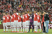 BOGOTÁ -COLOMBIA, 07-02-2016. Los jugadores de Santa Fe durante un minuto de silencio previo al partido entre Independiente Santa Fe y Millonarios por la fecha 3 de la Liga Aguila I 2016 jugado en el estadio Nemesio Camacho El Campin de la ciudad de Bogota. / The players of Santa Fe during a minute of silent prior a match between Independiente Santa Fe and Millonarios for the date 3 of the Liga Aguila I 2016 played at the Nemesio Camacho El Campin Stadium in Bogota city. Photo: VizzorImage / Gabriel Aponte / Staff.