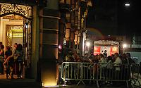 """SAO PAULO, SP, 04 AGOSTO 2012 - EXPOSICAO IMPRESSIONISMO PARIS E MODERNIDADE - Publico faz fila para acompanhar a primeira noite da """"Virada Impressionista"""", que acontece das 15 horas de sabado, 04 ate as 22 de domingo, 05 para promover a abertura da exposição """"Impressionismo: Paris e a Modernidade"""",no Centro Cultural Banco do Brasil, na regiao central da capital paulista na noite deste sabado, dia 4. (FOTO: WILLIAM VOLCOV / BRAZIL PHOTO PRESS)."""