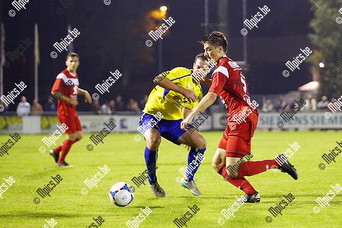 2015-10-03 / Voetbal / Seizoen 2015-2016/ KFC De Kempen- VC Herentals / foto mpics.be / Jorne Van Genechten (Herentals) in duel met Sven Verdonck.