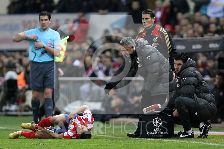 Atletico de Madrid's Simao Sabrosa injured (l) and the Doctor Jose Maria Villalon (r) during La Liga match.(ALTERPHOTOS/Acero)