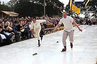 Flaeijelfeest Oude en Nieuwehorne 260909.Falko Zandstra en Rintje Ritsma in actie tijdens de kortebaanspekrijderij over 80 meter 'kunstijs'.©foto Martin de Jong