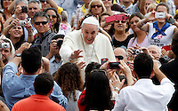 Papa Francesco saluta i fedeli al suo arrivo all'udienza generale del mercoledi' in Piazza San Pietro, Citta' del Vaticano, 11 settembre 2013.<br /> Pope Francis waves to faithful as he arrives for his weekly general audience in St. Peter's Square at the Vatican, 11 September 2013.<br /> UPDATE IMAGES PRESS/Riccardo De Luca<br /> <br /> STRICTLY ONLY FOR EDITORIAL USE