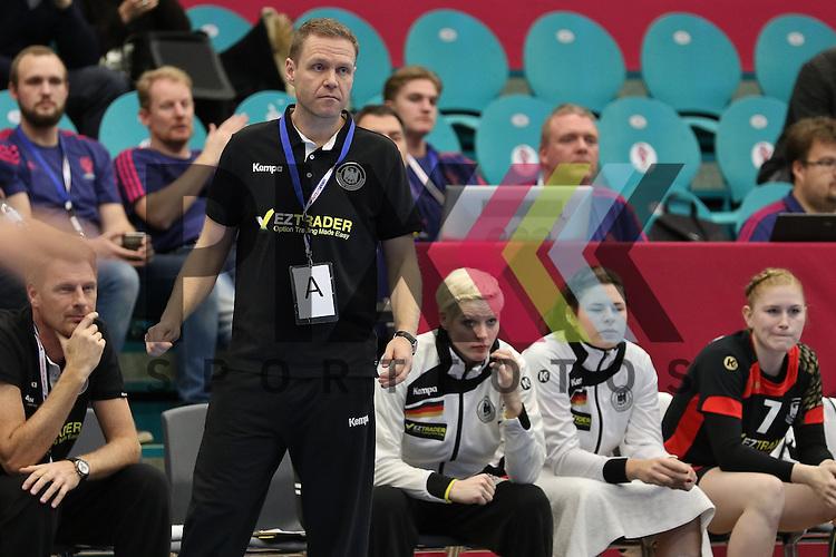 Kolding (DK), 010.12.15, Sport, Handball, 22th Women's Handball World Championship, Vorrunde, Gruppe C, Deutschland-S&uuml;d Korea : Jacob Vestergaard (Deutschland, Trainer)<br /> <br /> Foto &copy; PIX-Sportfotos *** Foto ist honorarpflichtig! *** Auf Anfrage in hoeherer Qualitaet/Aufloesung. Belegexemplar erbeten. Veroeffentlichung ausschliesslich fuer journalistisch-publizistische Zwecke. For editorial use only.