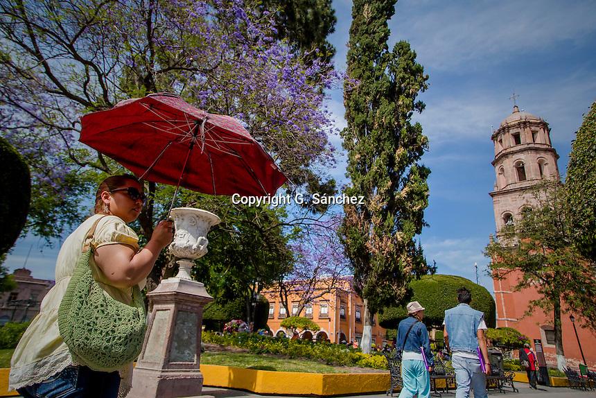 Querétaro, Qro. 29 marzo 2016._-Cientos de personas que transitan por las calles de la capital del estado de Querétaro han sufrido los estragos del calor, ya que se han registrado temperaturas superiores a los 30 grados Centígrados.