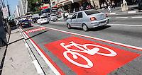"""SAO PAULO, SP, 31 AGOSTO 2012 - CICLOFAIXA AVENIDA PAULISTA - Vista da ciclofaixa da Avenida Paulista. A faixa será inaugurada no próximo domingo (02), podendo ser utilizada das 07h00 às 16h00 pelos ciclistas """"de passeio"""" durante o final de semana. Segundo ciclistas que utilizam a via diariamente, a nova ciclofaixa não facilita sua locomoção, já que não pode ser usada durante a semana. (FOTO: VANESSA CARVALHO / BRAZIL PHOTO PRESS)."""
