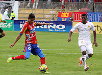 PASTO - COLOMBIA -23-03-2014: Kevin Rendon (Izq.) jugador de Deportivo Pasto disputa el balón con James Castro (Der.) jugador del Universidad Autonoma durante partido Deportivo Pasto  y Universidad Autonoma por la fecha 12 de la Liga Postobon I 2014, jugado en el estadio Libertad de la ciudad de Pasto. / Kevin Rendon (L)  player of Deportivo Pasto fights for the ball with James Castro (R) player of y Universidad Autonoma during a match Deportivo Pasto  and Universidad Autonoma for the date 12 th of the Liga Postobon I 2014 at the Libertad stadium in Pasto city. Photo: VizzorImage  / Leonardo Castro / Str.