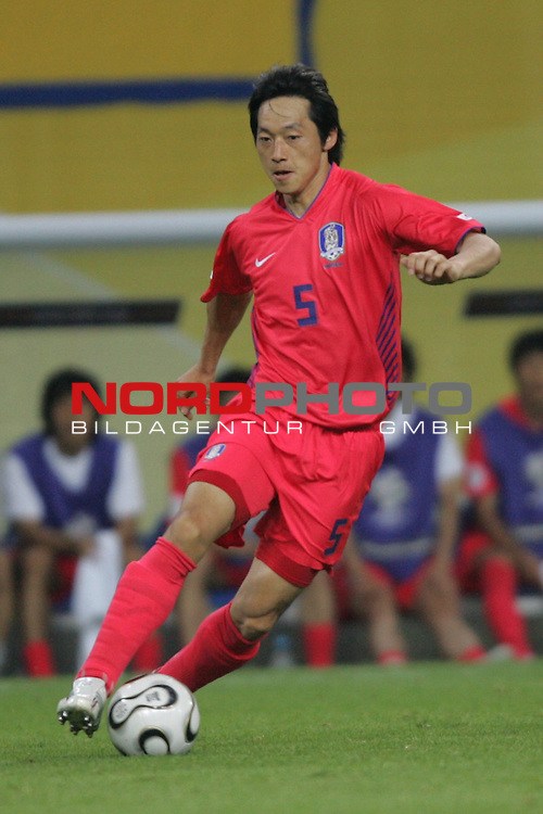 FIFA WM 2006 -  Gruppe D  Vorrunde ( Group D )<br /> Play   #29 (18-Jun) - Frankreich - Korea 1:1<br /> <br /> Nam II Kim von Korea in Einzel Aktion.<br /> Nam II KIm treibt den Ball nach vorne.<br /> <br /> Foto &copy; nordphoto