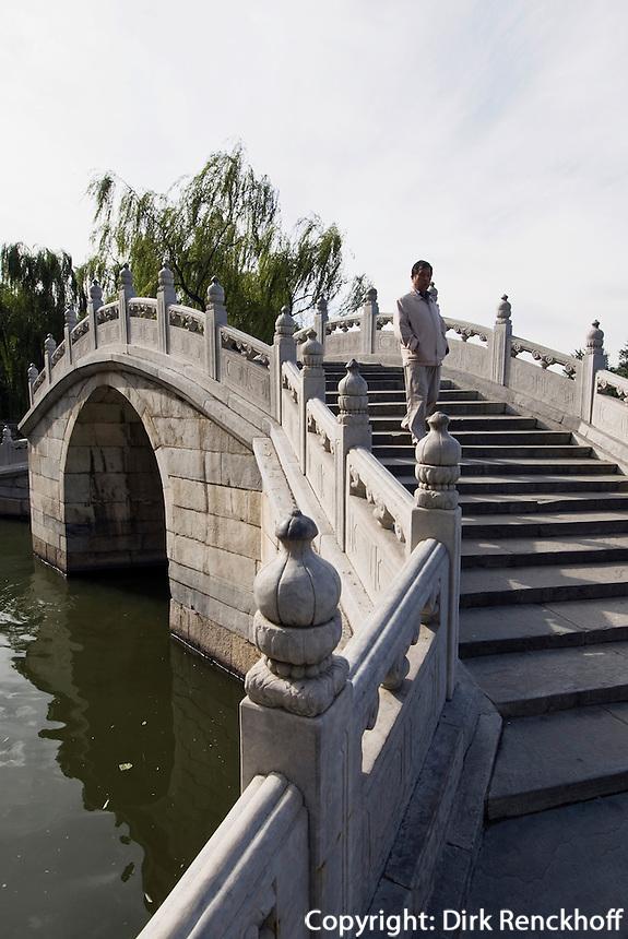 China, Peking (Beijing), Brücke auf der Insel Qiongdao  im Beihai (Nördlicher See)