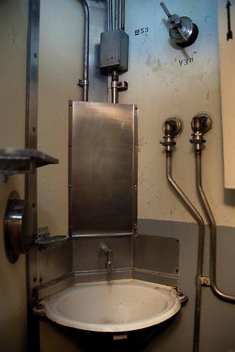 Waschbecken im Wohnbereich des Kommandozentrums /  Sink in the living compartment of the command center.