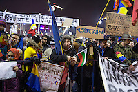 RUMAENIEN, 01.2017, Bukarest. Zehntausende demonstrieren gegen die Absicht der frisch gewaehlten sozialdemokratischen PSD-Regierung, die Korruptionskontrolle zu schwaechen und korrupte Politiker zu amnestieren. -Auch eine bulgarische Flagge hat hierhergefunden. | Tens of thousands march in protest against the attempt of the newly elected social democrat PSD government to weaken corruption control and free convicted politicians. -Also a Bulgarian flag has made its way. <br /> © George Popescu/EST&OST