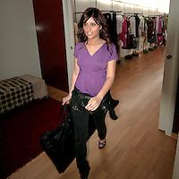 La cliente esce con la selezione degli abiti