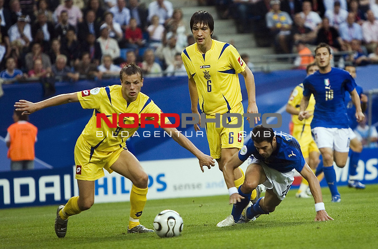 FIFA WM 2006 -  Viertelfinale <br /> Play    #58 (30-Jun) - Italien - Ukraine<br /> Oleg Gusev (9), Andriy Rusol (6) und Simone Perrotta.<br /> Foto &copy; nordphoto