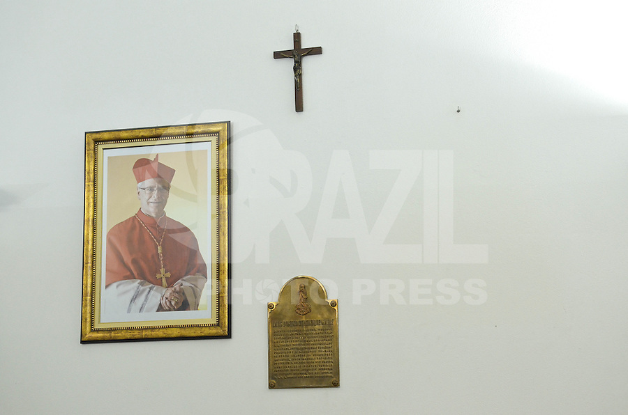 SAO PAULO, 15 DE MARCO DE 2013 - FOTO PAPA CATEDRAL DA SE - A foto do antigo Papa Bento XVI ao lado da foto do cardeal Dom Odilo Cherer que é retirada da secretaria da Catedral da Sé no centro da cidade de São Paulo (SP), na manhã desta sexta-feira (15). A catedral aguarda a imagem do novo Papa Francisco I. (FOTO: ALEXANDRE MOREIRA / BRAZIL PHOTO PRESS)