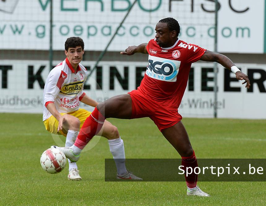 FC Gullegem - KV Kortrijk : Landy Mulemo (r) aan de bal voor Daniel Ternest (links)<br /> foto VDB / BART VANDENBROUCKE