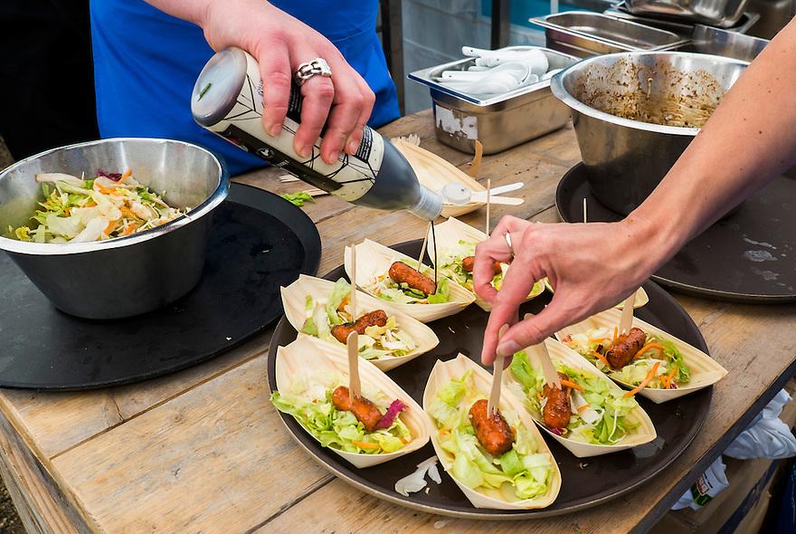 Nederland, Amsterdam, 29 juni  2013<br /> De organisatie Damn Food Waste<br /> kookte vandaag voor 5000 mensen een maaltijd op het Museumplein van vers voedsel dat om de een of andere reden normaal ons bord niet bereikt. Dat zijn vaak verse groenten die niet volgens de standaard gegroeid zijn, zoals kromme komkommers of rare wortels, tomaten etc.  Dit voedsel is dus volstrekt goed om te eten, maar wordt niet verkocht.<br /> Damn Food Waste gebruikt geen voedsel uit vuilnisbakken.<br /> Er werd soep en curry geserveerd.<br /> Foto(c): Michiel Wijnbergh