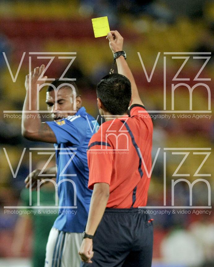 BOGOTA - COLOMBIA -15 -05-2016: Mario Herrera (Der.), arbitro, muestra tarjeta amarilla a Elkin Blanco (Izq.) jugador de Millonarios, durante partido entre La Equidad y Millonarios, por la fecha 18 de la Liga Aguila I-2016, jugado en el estadio Nemesio Camacho El Campin de la ciudad de Bogota. / Mario Herrera (R), referee, shows yellow card to Elkin Blanco (L) player of Milonarios, during a match La Equidad and Millonarios, for the  date 18 of the Liga Aguila I-2016 at the Nemesio Camacho El Campin Stadium in Bogota city, Photo: VizzorImage  / Luis Ramirez / Staff.