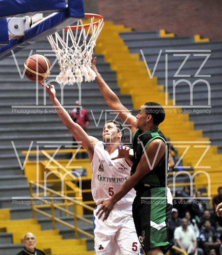 BOGOTA - COLOMBIA: 10-07-2014: Gian Bacci (Izq.) jugador de Guerreros, disputa el balón con Ryan Sypkens (Der.) jugador de Aguilas de Tunja, durante partido entre Guerreros de Bogota y Aguilas de Tunja por la fecha 3 de la Liga Directv Profesional de Baloncesto II en partido jugado en el Coliseo El Salitre de la ciudad de Bogota. / Gian Bacci (L) player of Guerreros, fights for the ball with Ryan Sypkens (R) player of Aguilas of Tunja, during a match between Guerreros de Bogota and Aguilas of Tunja, for the  date 3 of La Liga Directv Profesional de Baloncesto II, game at the El Salitre Coliseum in Bogota City. Photo: VizzorImage / Luis Ramirez / Staff.