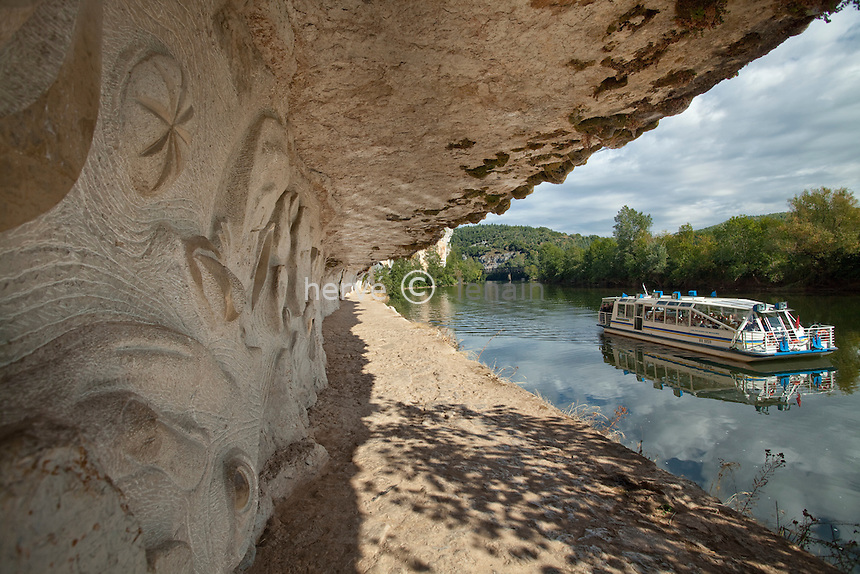 France, Lot (46), vallée du Lot, Bouziès, chemin de halage de Ganil taillé dans la falaise entre 1843 et 1847 et bas-relief réalisé par le sculpteur Daniel Monnier en 1985 représentant sa vision de la rivière Lot et son environnement // France, Lot, Lot valley near Saint-Cirq-Lapopie, towpath of Ganil carved into the cliff between 1843 and 1847, and navigation on the Lot and bas-relief sculpted by Daniel Monnier in 1985 representing his vision of the river Lot and the environment
