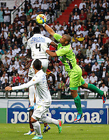 MANIZALES - COLOMBIA -23-02-2014: Hanyer Mosquera (Izq.) jugador de Once Caldas, disputa el balón Luis Estacio (Izq.) jugador de Deportes Tolima durante  partido de la fecha séptima por la Liga de Postobon I 2014 en el estadio Palogrande en la ciudad de Manizales. /  Hanyer Mosquera (L) of Once Caldas, figths the ball with Luis Estacio (R), of Deportes Tolima during a match for seventh date of the Liga de Postobon I 2014 at the Palogrande stadium in Manizales city. Photo: VizzorImage  / Santiago Osorio / Str.