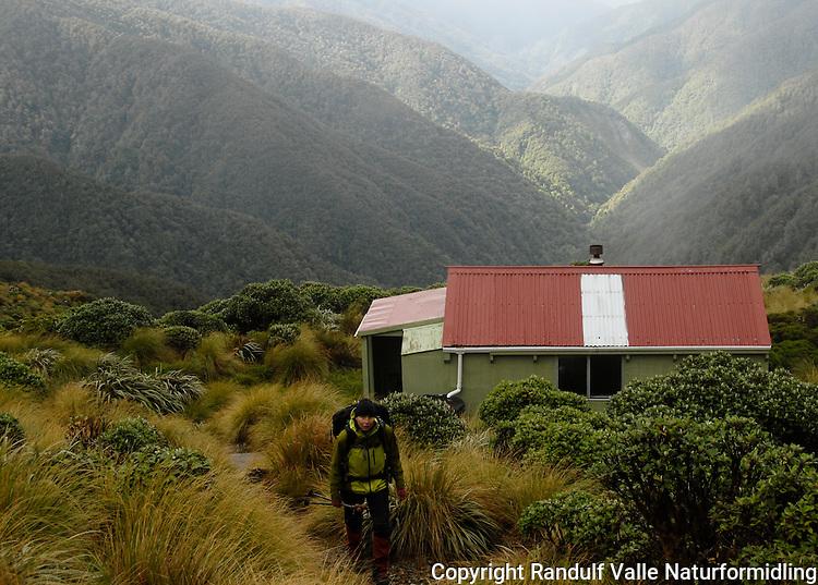 Jente til fots med hytte i bakgrunnen ---- Girl and hut
