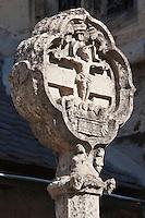 Europe/France/Midi-Pyrénées/12/Aveyron/Estaing: Eglise Saint-Fleuret - À l'extérieur, sur la terrasse, une croix en pierre sculptée du XVe siècle est particulièrement remarquable