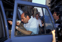 15 LUG 1994; Milano; PAOLO BROSIO contestato mentre &egrave; in diretta per il TG4 si rifugia in un'auto della polizia<br /> JUL 15 1994 Milan - PAOLO BROSIO Fininvest journalist challenged while live on TG4 takes refuge in a police car