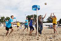 Nederland Zaandam 2016 07 09. Het Zaans Beach Event. De omgeving van de Burcht in het centrum van Zaandam is omgetoverd tot sportstrand. Het Zaans Beach Event is het eerste landelijke multi-beachsport toernooi van Nederland met clinics, toernooien en sportdagen. Korfbal clinic. Foto Berlinda van Dam / Hollandse Hoogte