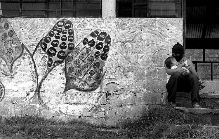 Messico, Chiapas, Oventic 2007.II incontro dei popoli zapatisti con i popoli del mondo.Uomo con bambino.Chiapas, Oventic August 2007..The meeting of the Zapatista Peoples with the world..man with child