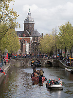 K&ouml;nigstag, Boote auf Oudezijdrs Vorburgwal und Niklauskirche Sint Nicilaaskerk, Amsterdam, Provinz Nordholland, Niederlande<br /> Boats at Kings day at Gracht Oudezijdrs Vorburgwal and Niklaus church Sint Niclaaskerk , Amsterdam, Province North Holland, Netherlands