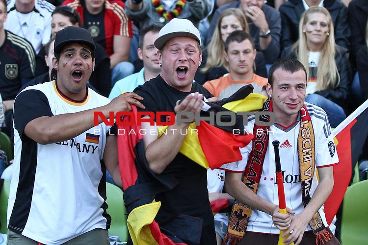 23.06.2010, Olympiapark, Muenchen, GER, FIFA Worldcup, Puplic Viewing Ghana vs Deutschland  im Bildfans feiern , Foto: nph /  Straubmeier