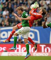 FUSSBALL   1. BUNDESLIGA   SAISON 2013/2014   6. SPIELTAG Hamburger SV - Eintracht Braunschweig                  21.09.2013 Nils Petersen (li, SV Werder Bremen) gegen Torwart Rene Adler (re, Hamburger SV)