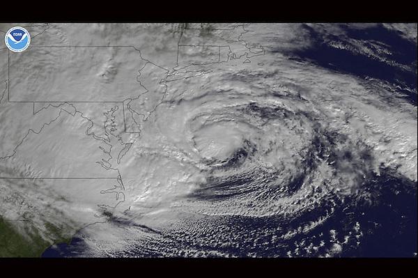 """NOAA105 ESPACIO 30/10/2012.- Fotografía facilitada por la Administración Nacional de Océanos y Atmósfera de Estados Unidos (NOAA), el 29 de octubre de 2012, que muestra el ciclón postropical """"Sandy"""" cuando se aproxima a la costa de Maryland y Virginia, en la costa Este de los Estados Unidos ayer, lunes 29 de octubre de 2012. Redominado por el Centro Nacional de Huracanes como un """"ciclón postropical"""", nada más tocar tierra la depresión perdió la rotación y la energía que le proveía el Atlántico, pero durante toda la noche azotó la costa este de EE.UU. con dureza. El anuncio de dos muertes en Long Island (Nueva York) por caídas de árboles elevó a 16 la cifra de víctimas mortales en Estados Unidos y Canadá por la tormenta """"Sandy"""".El estado de Nueva York es el que acumula más víctimas mortales (siete) tras las dos registradas esta madrugada por medios locales en Long Island, mientras que otras tres se produjeron en Nueva Jersey, donde tocó tierra el huracán. EFE/ Noaa / Handout CRÉDITO OBLIGATORIO: NOAA SÓLO USO EDITORIAL"""