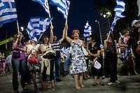 Elezioni in Grecia. Atene, manifestazione conclusiva di Nea Democratia in Piazza Sintagma 15 giugno 2012. Donne con le bandiere della Grecia.