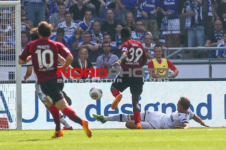24.08.2013, HDI Arena, Hannover, GER, 1.FBL, Hannover 96 vs FC Schalke 04, im Bild Benedikt Hoewedes (Schalke #4) foult  Mame Biram Diouf (Hannover #39) es gibt die rote Karte und Elfmeter <br />   // during the match GER, 1.FBL, HDI Arena, Hannover 96 vs FC Schalke 04, Hannover, Germany, on 24/08/2013,<br /> Foto &copy; nph / Schrader