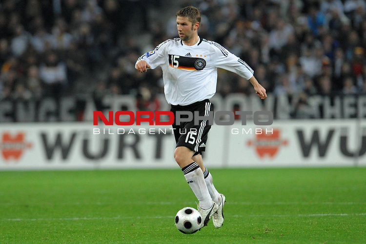 Fussball, L&auml;nderspiel, WM 2010 Qualifikation Gruppe 4 in M&ouml;nchengladbach ( Borussia Park ) <br />  Deutschland (GER) vs. Wales ( GB ) 1:0 ( 0:0 )<br /> <br /> Thomas Hitzlsperger ( Ger /  VFB Stuttgart #15) <br /> <br /> Foto &copy; nph (  nordphoto  )<br />  *** Local Caption ***