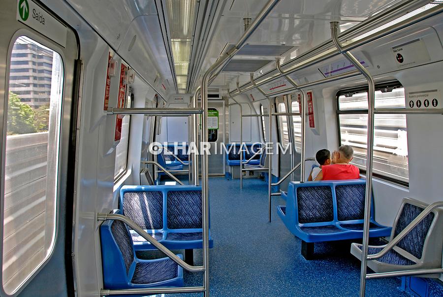 Transporte em vagão do metrô. São Paulo. 2007. Foto de Juca Martins.