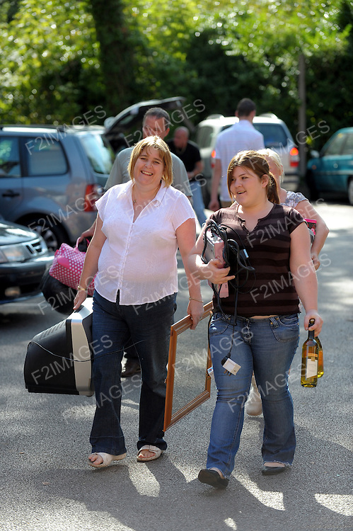 20.9.2008 LIVERPOOL HOPE UNIVERSITY.STUDENTS ARRIVE AT CAMPUS FOR THE START OF TERM.