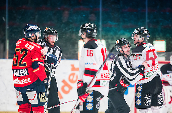 Stockholm 2014-01-29 Ishockey Hockeyallsvenskan Djurg&aring;rdens IF - Malm&ouml; Redhawks :  <br /> Djurg&aring;rdens Mikael Ahl&eacute;n Ahlen och Malm&ouml; Redhawks Teemu Kes&auml; i ett br&aring;k under den f&ouml;rsta perioden d&auml;r domare Gustav Jonsson och domare Anders Nyqvist f&aring;r s&auml;ra p&aring; dom<br /> (Foto: Kenta J&ouml;nsson) Nyckelord:  slagsm&aring;l br&aring;k fight fajt gruff