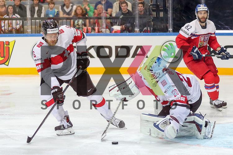 Schweizs Bera, Reto (Nr.20) hat den Puck mit Hilfe von Schweizs Helbling, Timo (Nr.6)  im Spiel IIHF WC15 Tschechien vs. Schweiz.<br /> <br /> Foto &copy; P-I-X.org *** Foto ist honorarpflichtig! *** Auf Anfrage in hoeherer Qualitaet/Aufloesung. Belegexemplar erbeten. Veroeffentlichung ausschliesslich fuer journalistisch-publizistische Zwecke. For editorial use only.