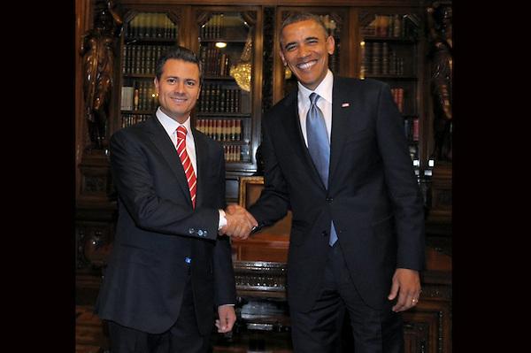 MEX19. CIUDAD DE MÉXICO (MÉXICO), 02/05/2013.- Fotografía cedida por Presidencia de México del mandatario de ese país, Enrique Peña Nieto (i), estrechando la mano de su homólogo de Estados Unidos, Barack Obama (d), hoy, jueves 2 de mayo de 2013, en el Palacio Nacional de Ciudad de México (México). Los mandatarios firmaron un acuerdo de cooperación en educación durante la reunión en la capital mexicana, según informó la Casa Blanca. EFE/Presidencia/SOLO USO EDITORIAL.    .