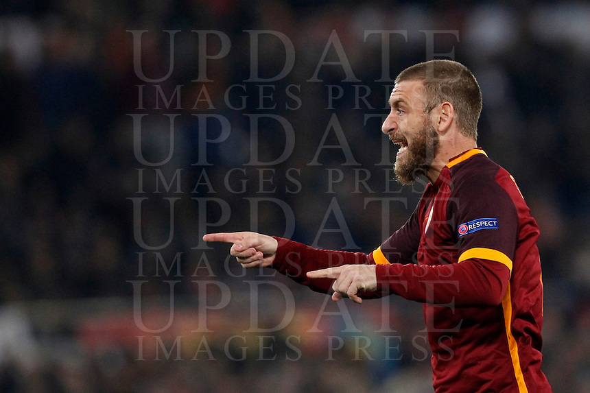 Calcio, andata degli ottavi di finale di Champions League: Roma vs Real Madrid. Roma, stadio Olimpico, 17 febbraio 2016.<br /> Roma's Daniele De Rossi gestures to his teammates during the first leg round of 16 Champions League football match between Roma and Real Madrid, at Rome's Olympic stadium, 17 February 2016.<br /> UPDATE IMAGES PRESS/Riccardo De Luca