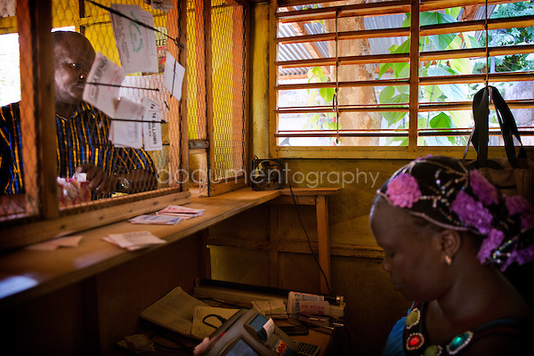 Yvette, behind the counter, serves a player. It is necessary to be concentrated when we give change or when we register the numbers underlines Yvette. A few years ago, bets were made in the hand in this club because there was no electricity.