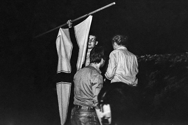 Hess-Tod 1987 in West-Berlin.<br /> Alt- und Neonazis pilgerten am 17. August 1987 vor das Alliierten Kriegsverbrechergefaengnis in Berlin-Spandau, nachdem der Selbstmord des dort inhaftierten Hitler-Stellvertreters Rudolf Hess bekannt geworden war. Die Nazis bezweifelten noch in der Nacht der Bekanntgabe des Todes, dass es Selbstmord gewesen sei und verbreiteten, dass Rudolf Hess umgebracht wurde.<br /> Im Bild: Ein Rechtsextremer haelt eine Kaiserliche Kolonialflagge (von Rechtsextremen faelschlicher Weise als &quot;Reichskriegsflagge&quot; bezeichnet).<br /> 17.8.1987, Berlin<br /> Copyright: Christian-Ditsch.de<br /> [Inhaltsveraendernde Manipulation des Fotos nur nach ausdruecklicher Genehmigung des Fotografen. Vereinbarungen ueber Abtretung von Persoenlichkeitsrechten/Model Release der abgebildeten Person/Personen liegen nicht vor. NO MODEL RELEASE! Nur fuer Redaktionelle Zwecke. Don't publish without copyright Christian-Ditsch.de, Veroeffentlichung nur mit Fotografennennung, sowie gegen Honorar, MwSt. und Beleg. Konto: I N G - D i B a, IBAN DE58500105175400192269, BIC INGDDEFFXXX, Kontakt: post@christian-ditsch.de<br /> Bei der Bearbeitung der Dateiinformationen darf die Urheberkennzeichnung in den EXIF- und  IPTC-Daten nicht entfernt werden, diese sind in digitalen Medien nach &sect;95c UrhG rechtlich geschuetzt. Der Urhebervermerk wird gemaess &sect;13 UrhG verlangt.]