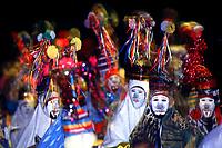 Os Pierrots do grupo boi Tinga saem dançando pelas ruas da cidade a noite, quando encontram outro grupo encenam uma rivalidade entre os bois. A festa é conhecida como Boi de Máscaras. São Caetano de Odivelas - Pará- Brasil<br />24 a 27/06/2000.<br />©Foto: Paulo Santos/ Interfoto<br />Cromo SCO P4 B2