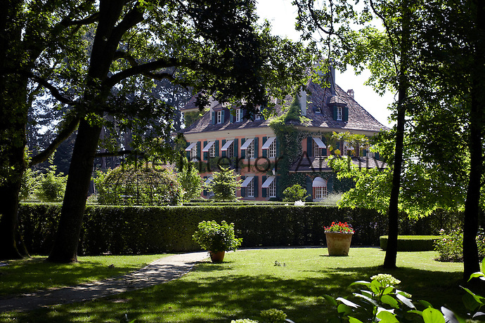 This imposing 19th century villa surrounded by magnificent gardens is situated on the shores of Lake Geneva